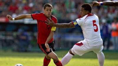 Javier Hernández asumió su rol de líder y salió del área para buscar el...