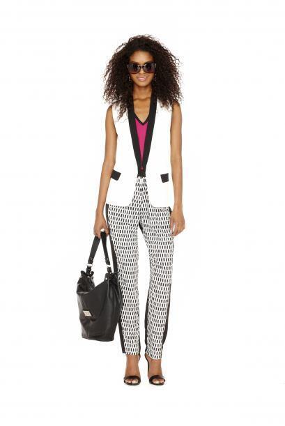 Los pantalones sueltos y de telas ligeras se están usando muchísimo. (co...