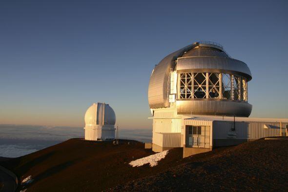 A 4,200 metros (13,779 pies) sobre la cima de la montaña homónima, disfr...