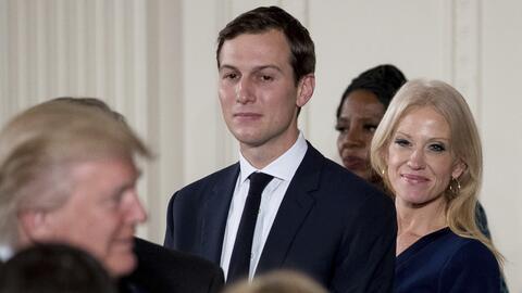 Jared Kushner, en el centro, junto con Kellyanne Conway y Donald Trump.