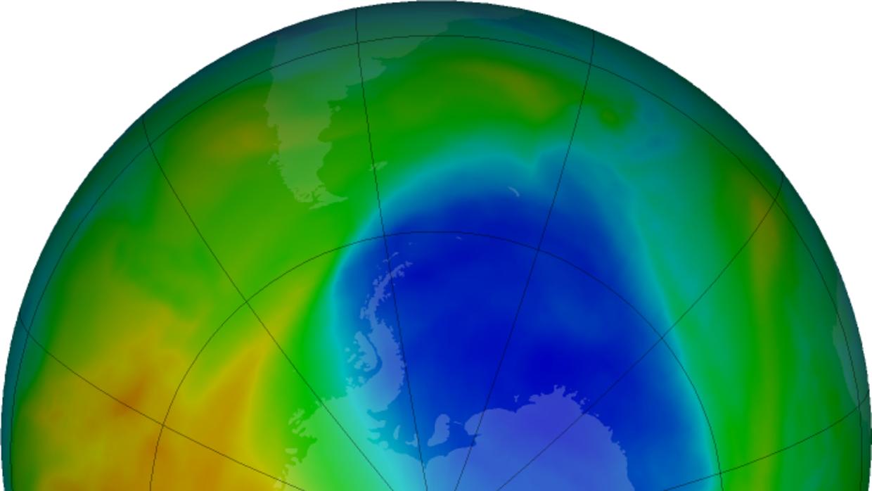 Los colores púrpura y azul es donde hay  menos ozono, y los amarillos y...