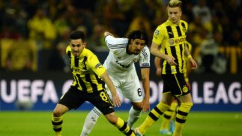 Sami Khedira defiende a Ilkay Guendogan