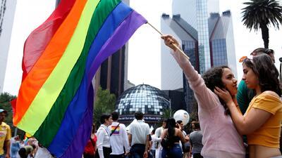 """""""Ni un paso atrás"""": cientos de personas piden respeto por sus derechos durante la Marcha del Orgullo Gay en Ciudad de México"""