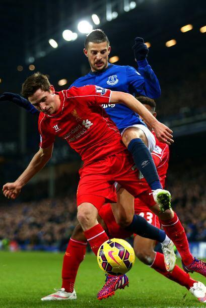 Liverpool, Inglaterra - 07 de febrero: Joe Allen de Liverpool batalla po...