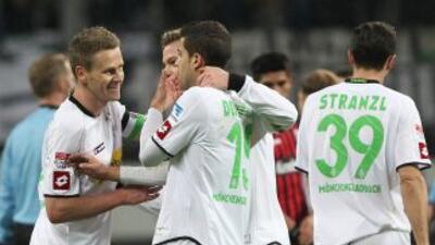 Los jugadores del 'Gladbach' celebran su triunfo sobre el Eintrach.