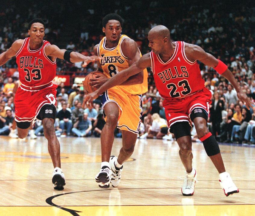 Scottie Pippen y Michael Jordan, de Chicago Bulls intentan detener a Kobe.
