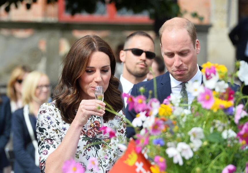 El príncipe William fue el primero en reaccionar al licor. ¿Le habrá gus...
