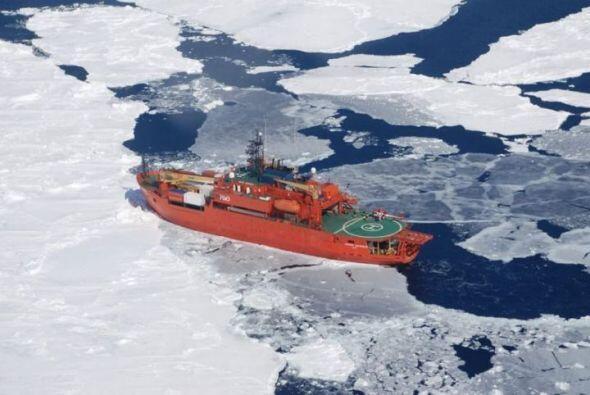 Los equipos de rescate concluyeron la evacuación en helicóptero y barcaz...
