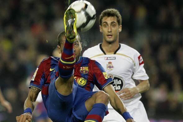 El brasileño Daniel Alves pudo convertir un golazo de chilena, pero el b...