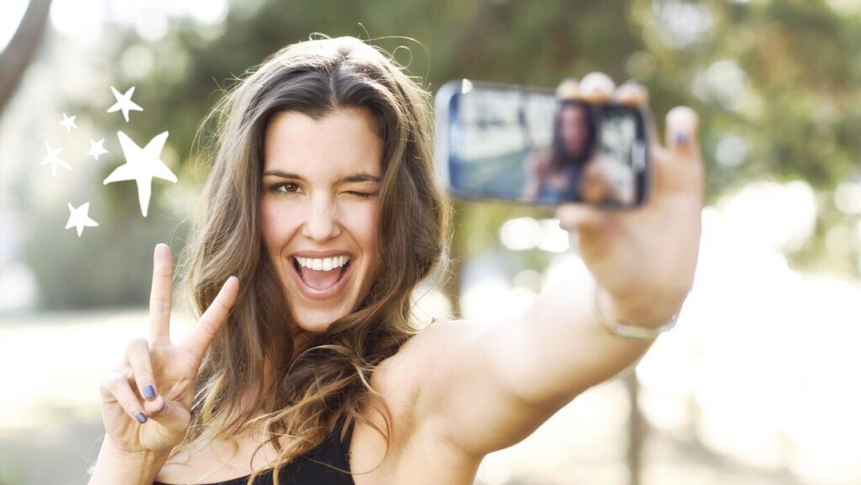 """Mujer tomándose una """"selfie"""""""