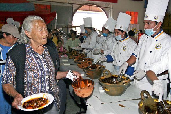 Cerca de 250 cocineros prepararon el platillo con chile, pollo que dio d...