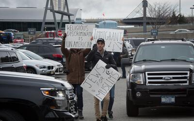 Grupo se una a protestas en el aeropuerto JFK de Nueva York.