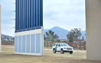 Un coche de la Patrulla Fronteriza circula en la zona donde se edificaro...