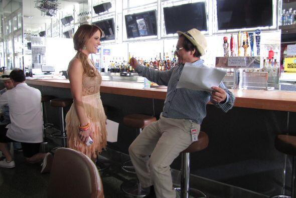 El director le dice a Paloma algunos tips.