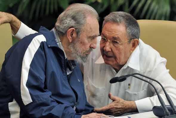 El expresidente cubano Fidel Castro escucha con atención a su her...