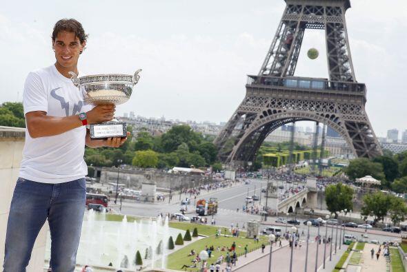 El español Rafael Nadal presumió su noveno trofeo de Roland Garros en un...