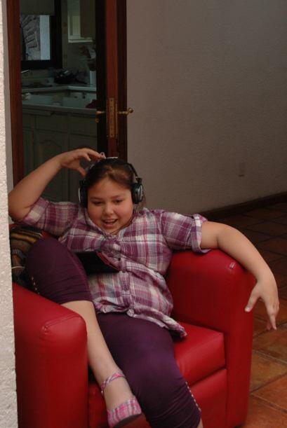 Mientras, Dania se entretenía escuchando un poco de música.