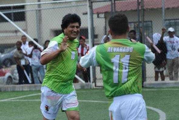 También jugó un partido de fútbol en la Universidad de Panamá. Aquí lo v...