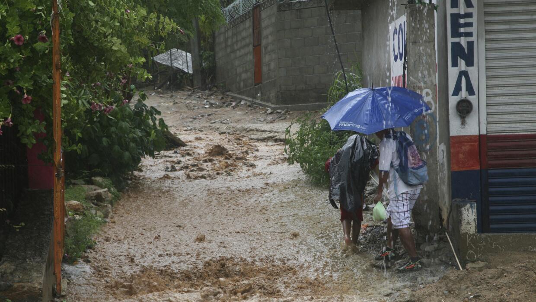 Una calle inundada en el puerto turístico de Acapulco a causa de torrenc...