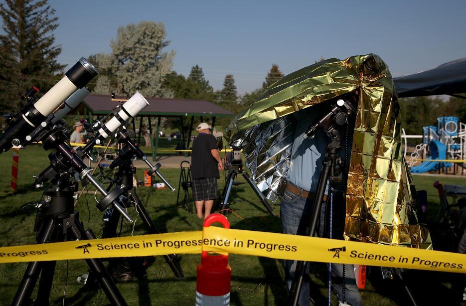 Cámaras fotográficas y telescopios listos para el eclipse total en Caspe...