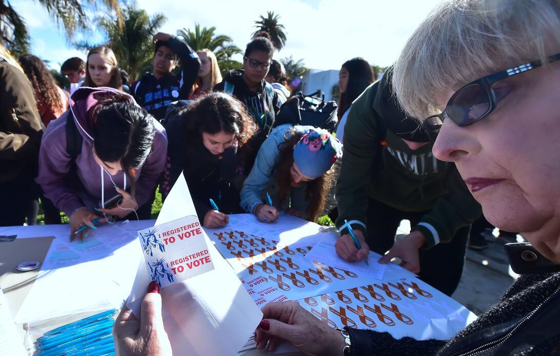 Venice, California. Estudiantes de la secundaria Venice se registran par...