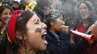 La alegría de los colombianos por el pase a octavos de final de su selección en el Mundial