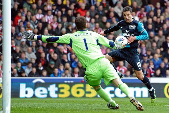 Y no tuvo problemas. Van Persie aprovechó su chance y marcó el empate.