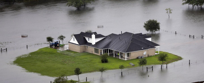 Casa aislada en medio de la inundación en Houston