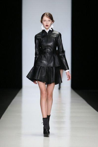 ¡Otra prenda que te hará lucir mega sexy será una minifalda de cuero! Pa...