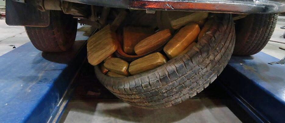 La llanta de repuesto de una camioneta iba rellena de marihuana.