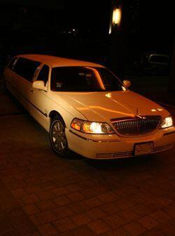 En este lujoso automóvil llegaron las guapas aspirantes a Miss Re...