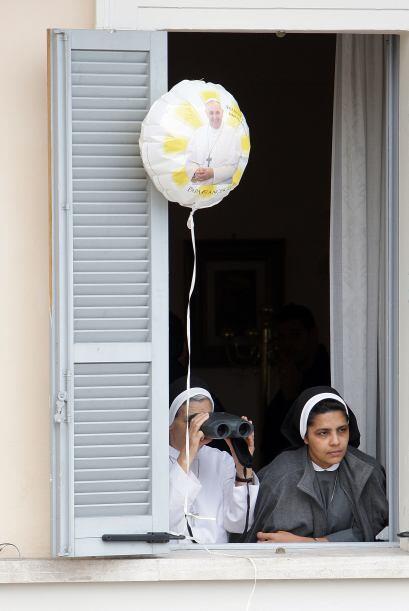 Fieles de todas las edades se emocionan ante la presencia de Francisco.