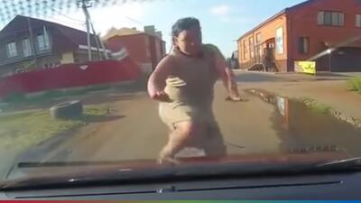 (Video) Mujer finge ser atropellada para sacar dinero, pero es descubierta gracias a una cámara de video