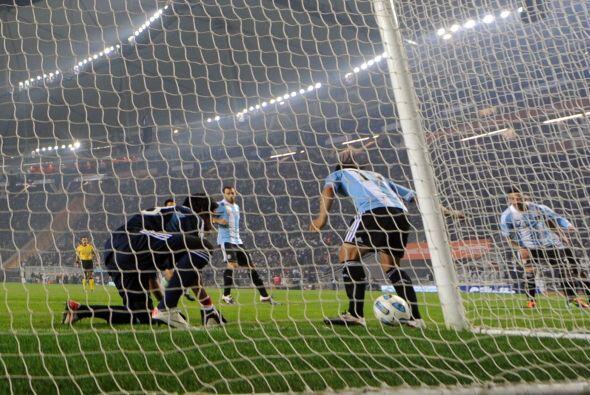 En esta imágen se ve el gravísimo error de Ever Banegas en el gol bolivi...