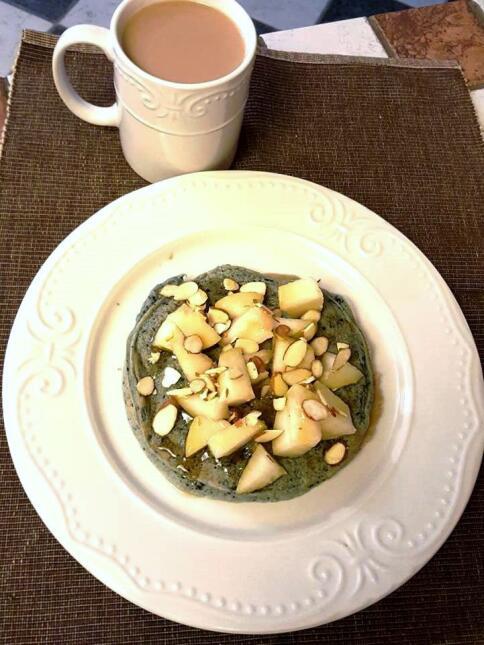 Letty Ruedas desayuna pancakes de avena y chía con duraznos y almendras...