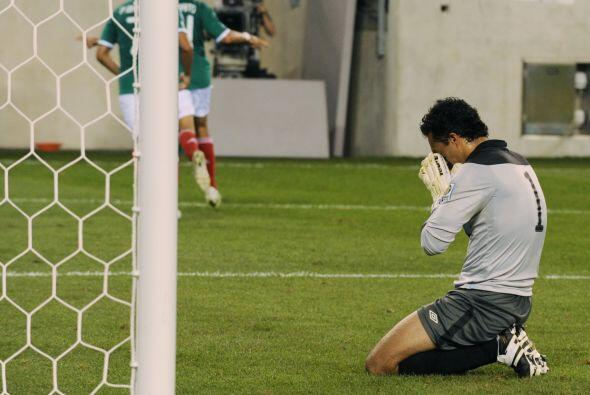 El arquero del seleccionado de Guatemala Ricardo Jerez lamenta el gol de...
