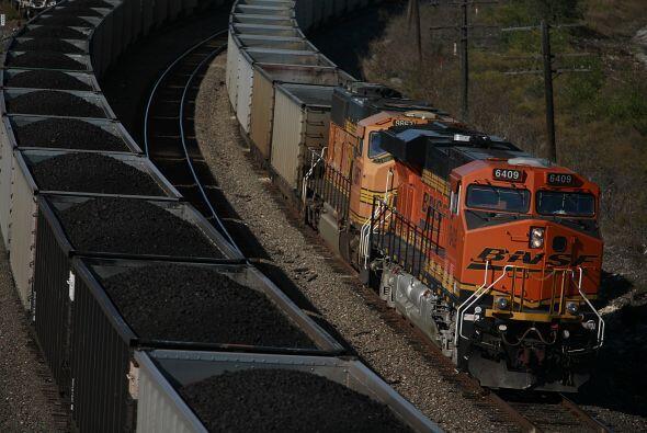 Cuatro personas murieron y 16 más resultaron lesionadas cuando un tren a...