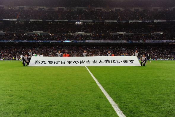 Previo al encuentro, el estadio mostró su apoyo a las víctimas de los te...