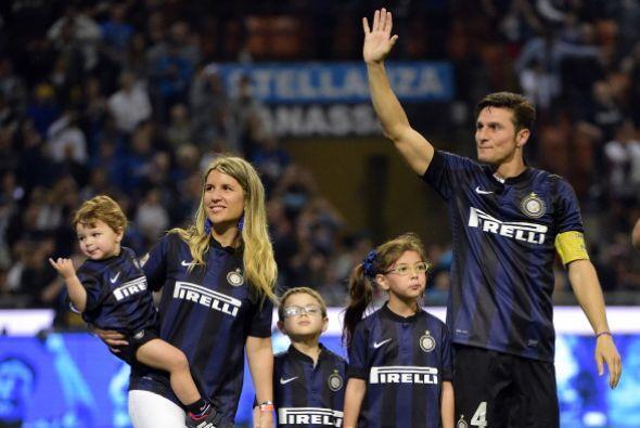 Zanetti, acompañado de sus tres hijos, dio las gracias a una afición ent...