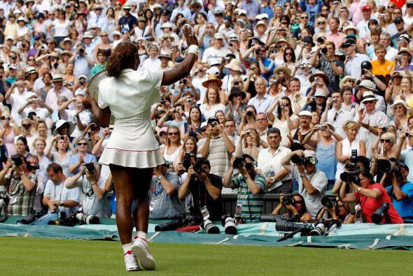 Arropada por la ovación del exigente público de Wimbledon, Serena saludó...