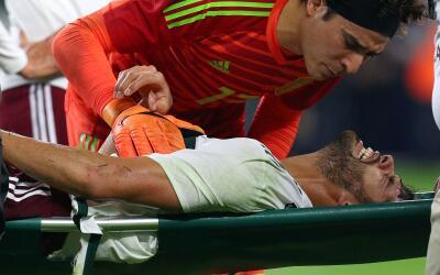 Ochoa consuela a su compañero tras lesionarse la rodilla.