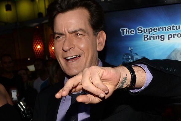 18- Charlie Sheen.  A los 16 años, el actor fue arrestado por posesión d...