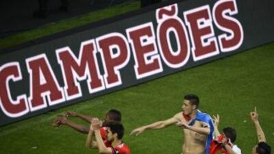 Los futbolistas del Benfica festejando apenas terminó el partido.
