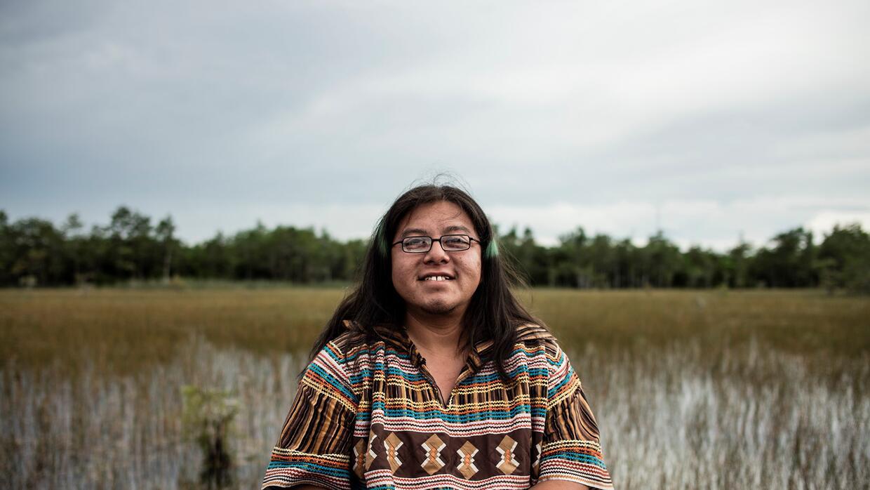 Houston Cypress, miembro del clan Otter de los Miccosukee se opone a que...