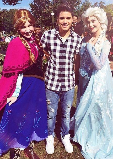 """#LetitGo At @WaltDisneyWorld celebrando con las princesas de #Frozen @d..."