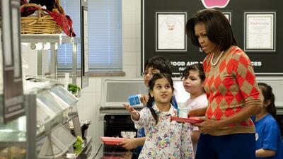 La Primera Dama visita un comedor escolar en Virginia