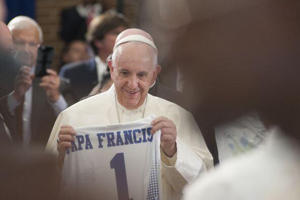 El Papa recibe una camiseta con su nombre.