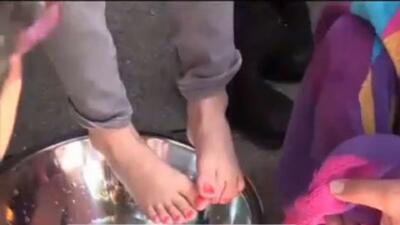 'Área de la Bahía en un Minuto': Realizan lavatorio de pies a familia inmigrantes afectadas por las recientes deportaciones
