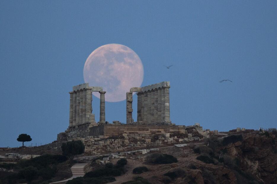 """La """"luna de fresa"""" se recorta sobre las ruinas del templo de Poseidón, e..."""