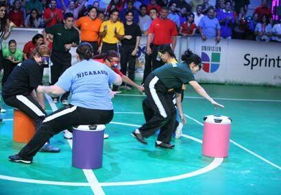 Los demás participantes veían como se peleaban los asientos.